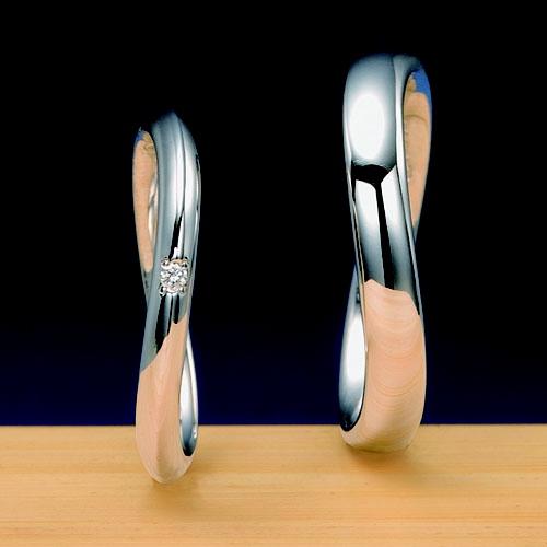 結婚指輪 輪廻 -rinne-  運命が巡るという意味合いで、ある方向から見ると無限大(∞)の形に見える様にデザインした結婚指輪。無限に輪廻するおふたりの絆をイメージしたデザイン。    wedding ring   Samsara -rinne - infinite in the implications that fate rotates, when it sees from a certain direction -- wedding ring designed so that it might be visible to the form of (infinity).   The design which imagined two persons' bonds which carry out Samsara infinitely.