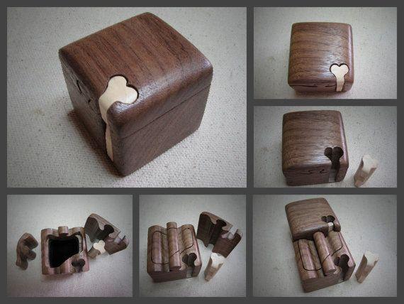 Deze puzzel doos bestaat uit een massief blok van Black Walnut hardhout met een Basswood sleutel. Ik ontwierp dit vak als een unieke expressie van twee individuen die in elkaar perfect tot een passen, en de sleutel van de hartvormige gemaakt in een contrasterende kleur betekent de liefde die de hele zaak bij elkaar houdt.  De doos is verzegeld met Deense olie en afgewerkt met twee lagen van wax. Het interieur van de doos is afgewerkt met zwart fluweel.  De afgewerkte doos afmetingen zijn 2 x…