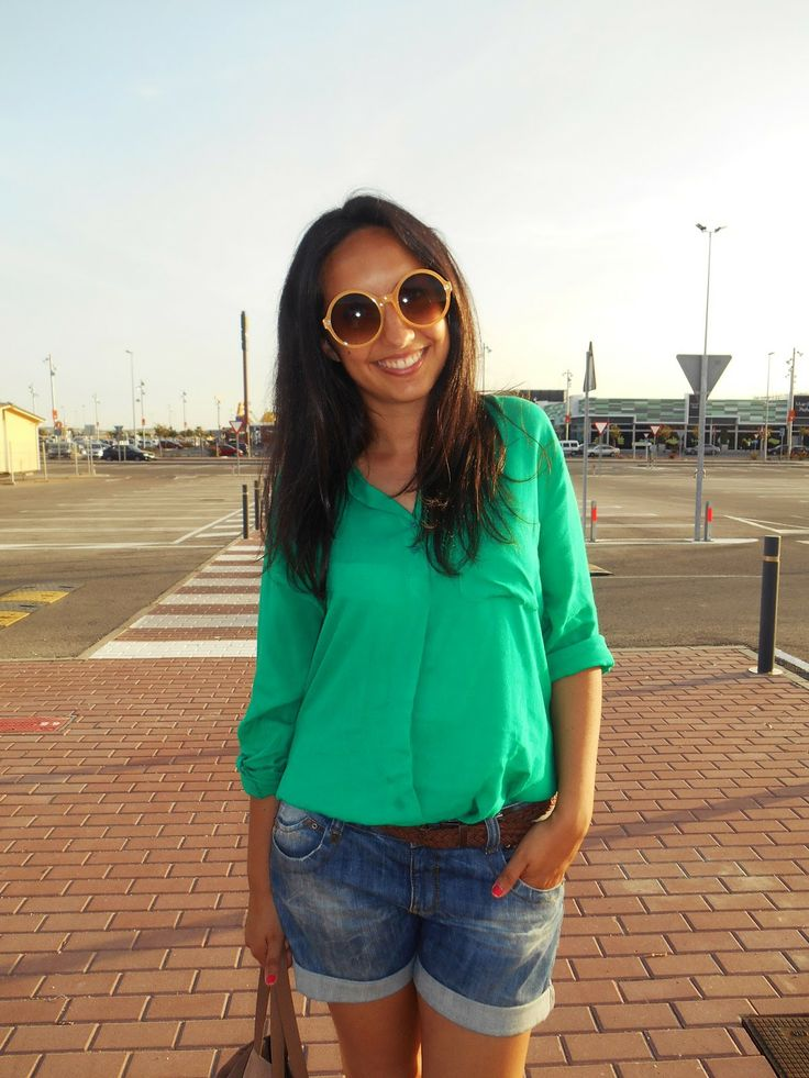 http://unachicasual.blogspot.com.es/2014/05/buenas-que-pronto-esta-llegando-el-fin.html  inspiration, fashionblogger, moda, style, gafas de sol, sunglasses, short, jeans, bolso, bag, shirt, camisa, verde esmeralda, sandalias cangrejeras