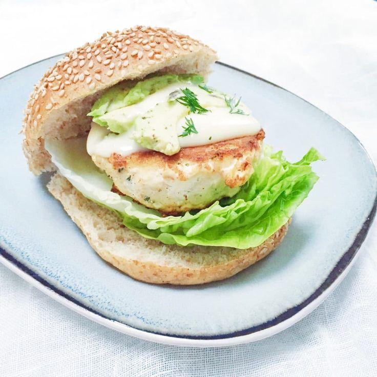 Deze visburgers zijn ook geliefd bij kinderen. Gebruik witvis zoals kabeljauw, schelvis, koolvis. Recept visburger maken. Hak de dille fijn. Limoenmayonaise