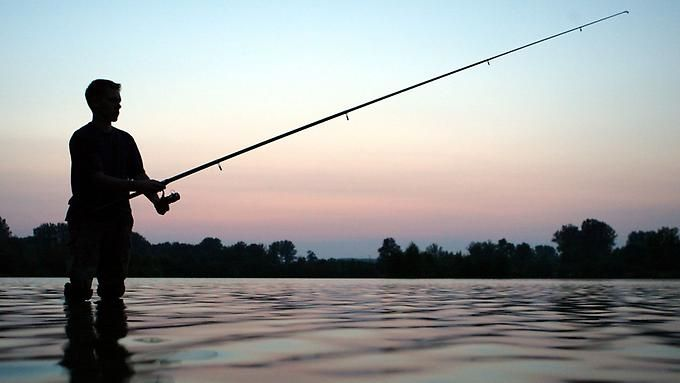 """Wer am Kaisersee in Augsburg angelt, der kann ab und an schon einmal einen richtig dicken Fisch aus dem Wasser ziehen! Doch auch andere Dinge verfangen sich manchmal am spitzen Angelhaken. So passierte das Unglaubliche, als vor einiger Zeit ein Nacktbader durch den See schwamm, bis er merkte, dass sich ein Angelhaken in seinem besten Stück verfangen hatte! Glücklicherweise holte der Angler, der augenscheinlich einen ziemlich """"dicken Wurm"""" an der Angel hatte, die Leine nicht ein!"""