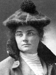 Emily Carr (1871–1945)  Femme de la côte Ouest qualifiée de « Van Gogh du Canada ». Née à Victoria, Emily Carr grandit dans un milieu assez défavorisé. Elle étudie les arts à San Francisco, Londres et Paris, le financement de ses études étant un combat de tous les jours. Elle revient au pays en 1911, nourrie par le nouveau style moderne, et applique ses talents à ses thèmes favoris : les forêts humides de la côte Ouest et les villages et artefacts autochtones.