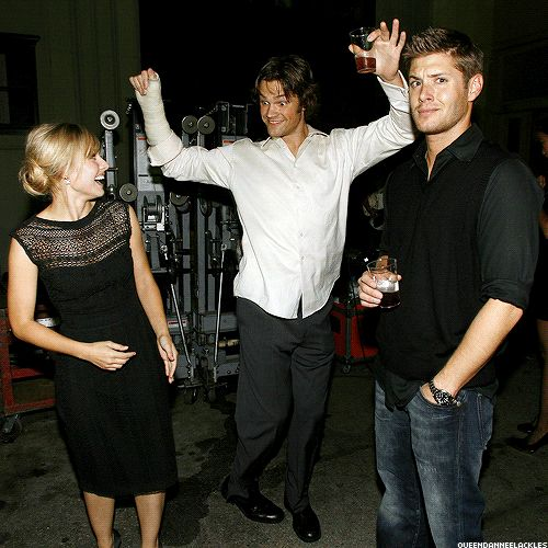 [GIF] Jared shows off for Kristen Bell, while Jensen deadpans. Jared was on painkillers for the arm, lol.