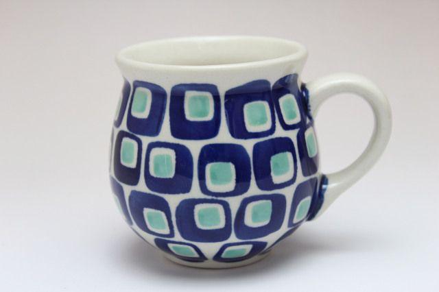60年代のリバイバルデザインでマヌファクトゥラ社今年のシリーズです。 古典的な柄を思わせるデザインです。 ポーリッシュポタリー特有のコロンとした形のマグカップです。