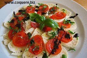 Mozzarella og tomatsalat. Tomat og mozzarellaost med fersk basilikum er kombinasjon som passer veldig godt sammen. Retten er utrolig enkel og rask å lage. Passer som en liten forrett, lunsjrett eller kveldskos.