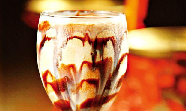 Frapê de café . 4 bolas de sorvete de creme   . 3 colheres (sopa) de café   . 1 colheres (sopa) de leite condensado e calda de chocolate   Modo de preparo  No liquidificador, bata o café e o sorvete e, em seguida, decore a taça com o leite condensado e a calda de chocolate.