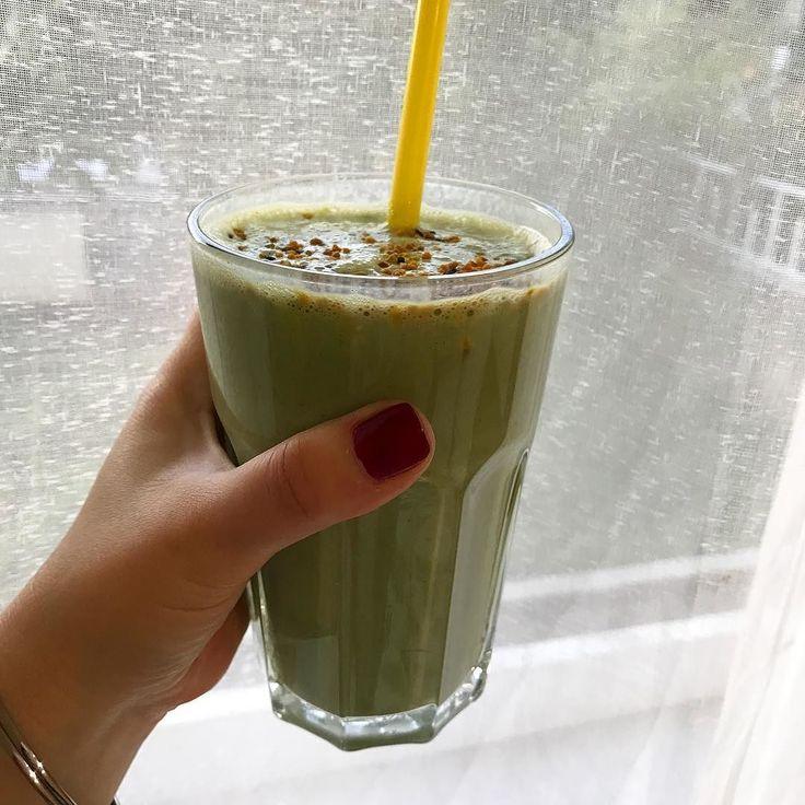 Ficou bom! Kale banana feijoa iogurte de soja um pouco de xarope de acer e algum pólen de abelha para ver se uma garganta a arranhar não evolui para outra coisa #food #green #smoothie #kale #beepollen