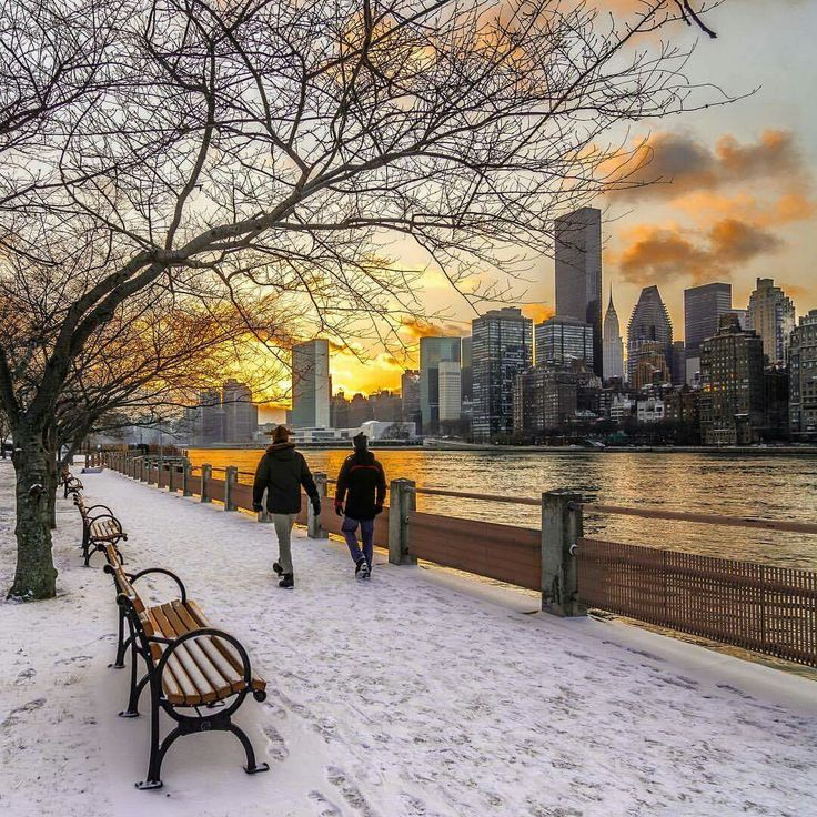 Sunset over Manhattan. View from the East River Promenade on Roosevelt Island <3  Photo: @nyclovesnyc