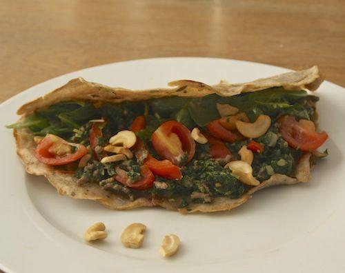 Boekweit wraps (glutenvrij). Lekker met een vulling van spinazie, paprika, tomaatjes, gehakt en cashewnoten!
