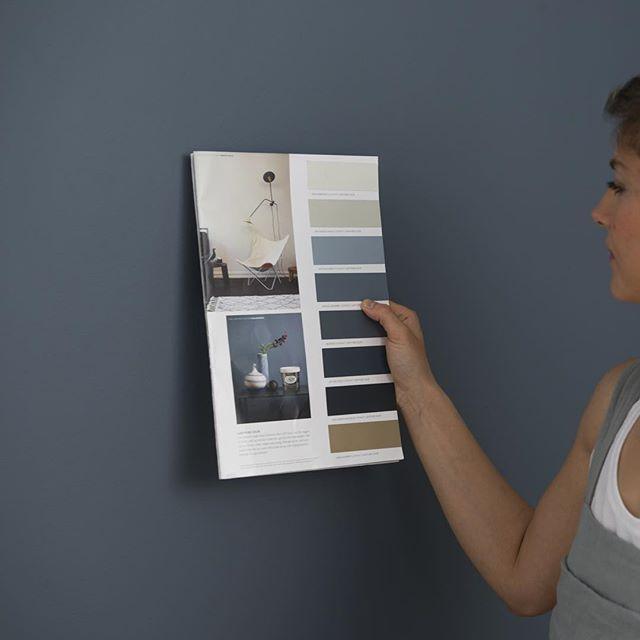 #mulpix Mange har spurt hvilken farge paret i reklamefilmen maler med. De maler med den supermatte LADY Pure Color i fargen LADY 4477 Deco Blue; Elegant, dyp og rolig. Det er noe royalt og eksklusivt over denne fargen, noe som gjør at man lett fascineres. Sett den inntil de varme grå, beige og greige fargene og løft interiøret til nye høyder! Les mer om den og matchende farger, link i bio. #reklamefilm #ladypurecolor #ladydecoblue #decoblue #soverom #stue #blå #jotunlady #jotun