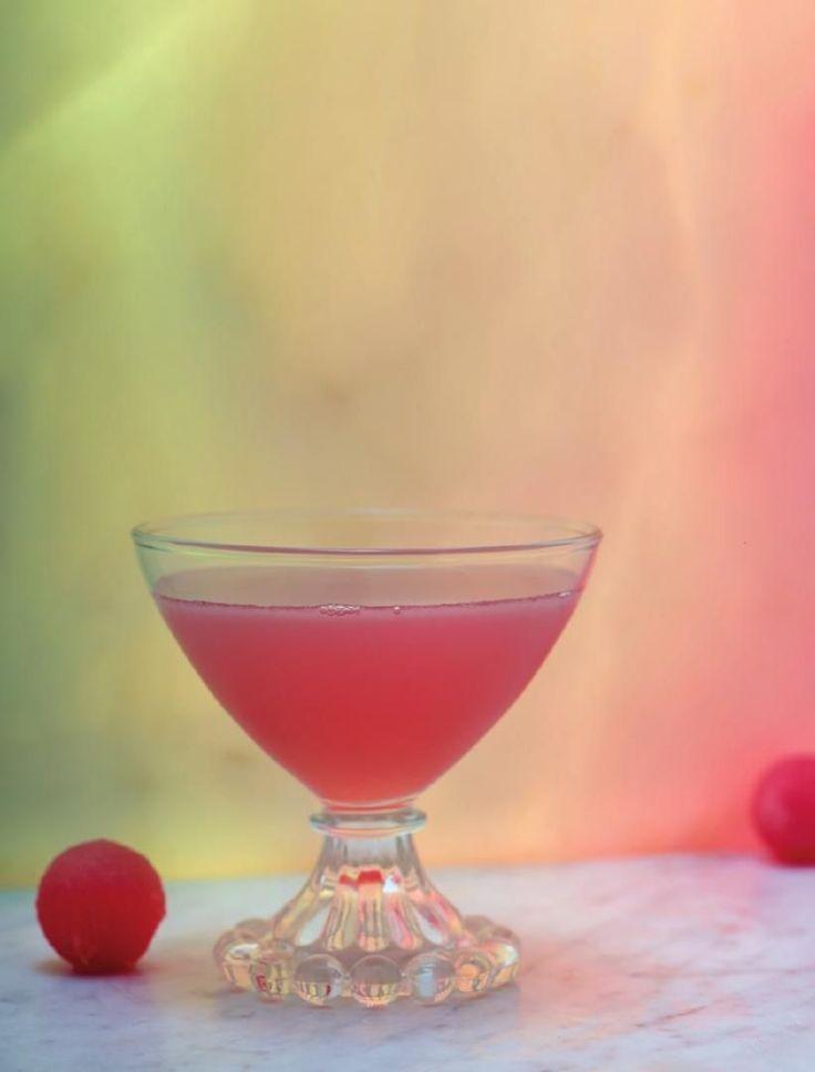 La Perla. Hoe deze mix tot stand kwam? Manuel wou een sensuele cocktail en kwam, hij weet niet meer precies hoe, bij deze ingrediënten uit. Oranje, rood, roze tinten die je huid kan krijgen in sommige omstandigheden. Parels van watermeloen als versiering en de frivool kronkelende zeste van de limoen. Lillet Blancis de minder bittere en meer frisse, fruitige update van Kina Lillet, een aperitief uit Bordeaux op basis van wijn en citrusvruchtenlikeur, dat schittert in enkele klassieke…