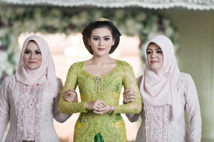 Indonesian traditional wedding | A Glamorous Javanese Wedding With Military Traditions | http://www.bridestory.com/blog/a-glamorous-javanese-wedding-with-military-traditions