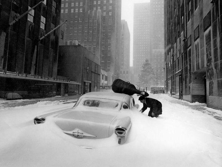 Le violoncelliste français Maurice Baquet essaye d'ouvrir sa voiture pendant une tempête de neige à New York, Etats-Unis, 1960. - Robert Doisneau