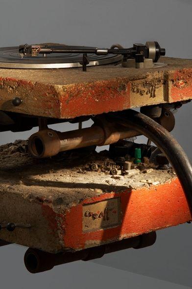 Tourne-disque, amplificateur, 2 haut-parleurs, composants électroniques intégrés dans du béton armé. Dimensions : Platine 7,5 x 46 x 38 cm!, Haut-parleur 89 x 20 x 20 cm Éditeur One Off, Londres. Littérature : Catalogue de l'exposition « Ron Arad No Discipline » présentée au Centre Pompidou du 19 novembre 2008 au 16 mars 2009. Modèle similaire reproduit p.73.