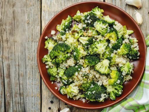 Quinoa aux brocolis. Cette recette peut de manger froide en salade. On peut y rajouter des herbes comme du persil ou de la coriandre fraîche