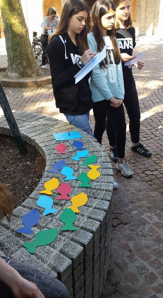 """Progetto  """"Giro dell' isola in 9 libri"""": gara di lettura  tra le classi quinte della scuola primari """"Carducci"""", """"Pascoli"""", """"Tre Ponti"""" e le classi seconde della scuola secondaria di I grado """"Panzini"""". 21 maggio 2016 tutti insieme per festeggiare la lettura."""