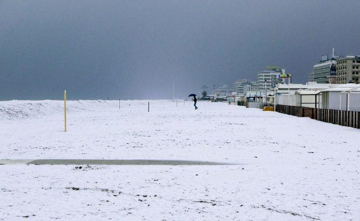 Maltempo, la neve in spiaggia: la Riviera coperta di bianco
