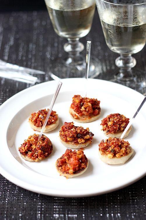 Une idée de bouchée apéritive festive : des médaillons de boudin blanc grillés, surmontés d'un crumble de chorizo et noisette ! Simple et raffiné !