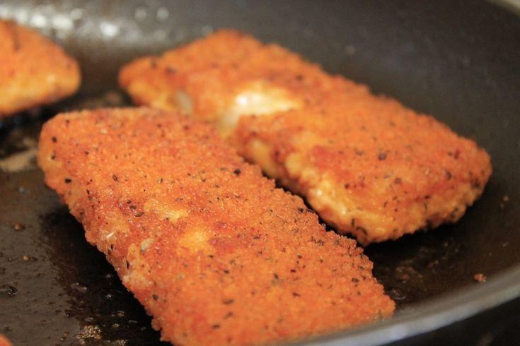 Recept på Panerad torsk. Enkelt och gott. Panerad torsk är gott och enkelt att laga själv. Tänk på att ju bättre råvara desto bättre slutresultat, så köp fisk av god kvalitet. Servera gärna med potatis, sallad och kall sås som remouladsås eller dillsås.