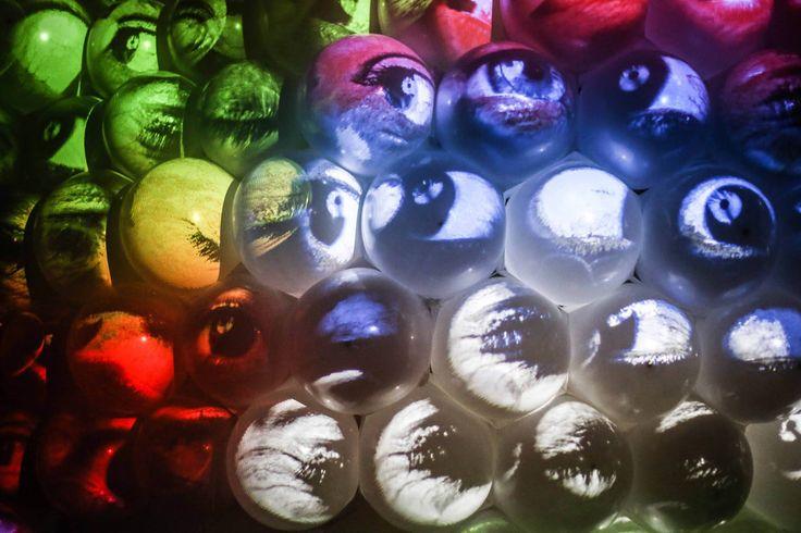 NEGUA NEGUA ist eine Kunstinstallation, die Form, Fotografie und live-visuelle Kunst verbindet und das Publikum auf sehr persönliche Art und Weise einbezieht. Bei Ankunft am Veranstaltungsort wird das Auge jedes Besuchers viermal aufgenommen: weit geöffnet, geschlossen, nach links blickend und nach rechts blickend. Diese Bilder werden zur Projektion an einen Grafikrechner übertragen. NEGUA erwacht zum Leben, wenn die Augen der Besucher auf die raumgreifende Wabenstruktur aus weißen Kugeln…