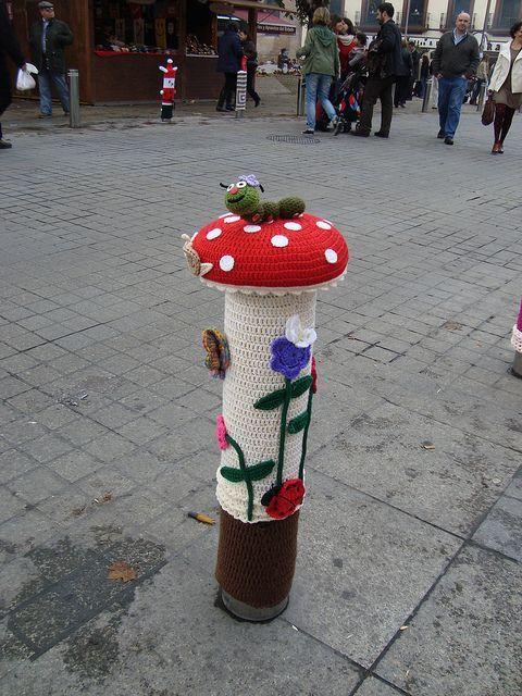 Yarnbombing, garnbombning,guerrilla knitting, urban knitting och street art är några av alla namn som används för att beskriva när stickade och virkade objekt, ofta med humor, placeras i offentliga rum. Och visst blir man glad när man ser alla kreativa garninnovationer. 1. Kantareller 2.Fotarbete 3. Påskliljor 4. Orm 5. Spindelnät 6. Mössor 7. Flugsvamp 8.…
