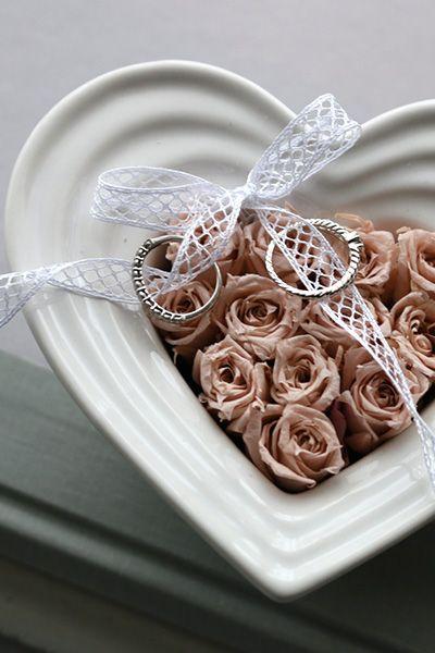 【ハートのリングピロー 白】清楚な12本のバラをしきつめた大人かわいいハートのリングピロー Ring pillow, Heart, Pink http://www.fleuriste-glycine.jp/