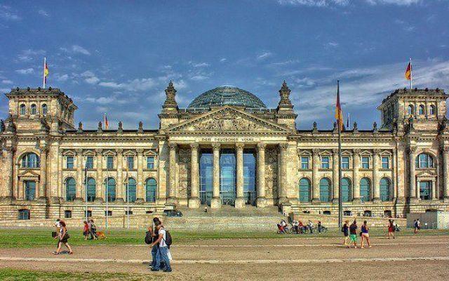 Tutto ciò che devi sapere per andare in Erasmus a Berlino Le persone che parlano più lingue straniere hanno maggiori possibilità di trovare lavoro, sia in Italia che all'estero. Senza dubbio, una delle lingue più richieste, al momento di cercare lavoro, è  #lingue #erasmus #berlino #germania