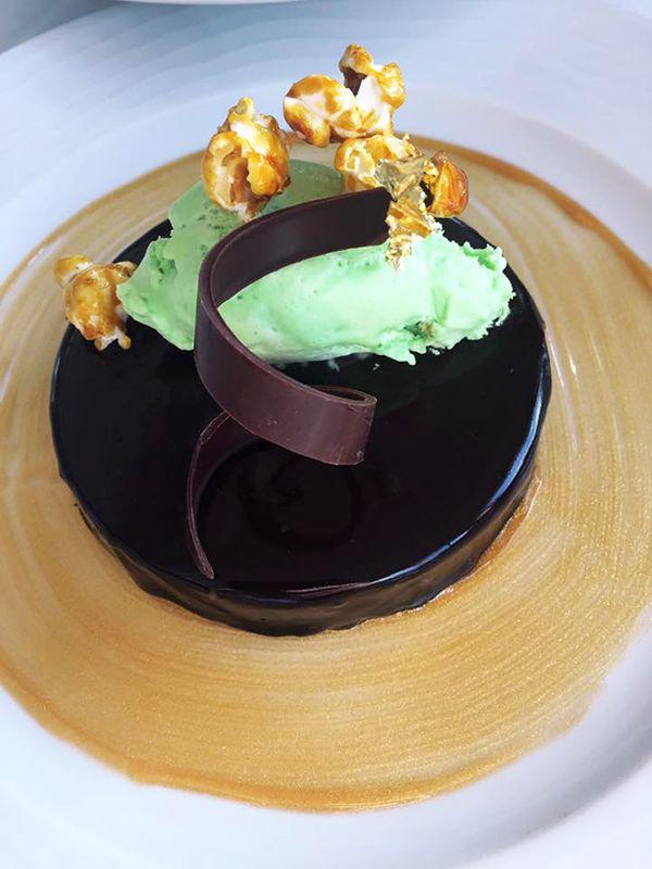 Palet croustillant chocolat noir, after eight, un des nouveaux desserts à la carte du restaurant Le River Café à Issy-les-Moulineaux (92130) #food #dessert #palet #croustillant #chocolat #chocolatnoir #aftereight
