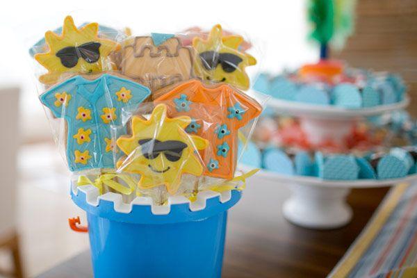 A Bia e o Gabriel ganharam uma festinha que tem tudo a ver com o verão! Adoramos o bolo em formato de castelo de areia! A decoração despojada, em clima de