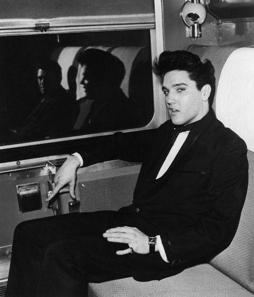 My heavens, Elvis is gorgeous.