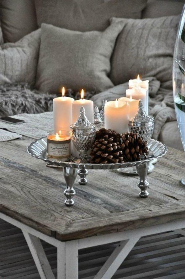 décoration Noël: plateau en argent, bougies et cônes