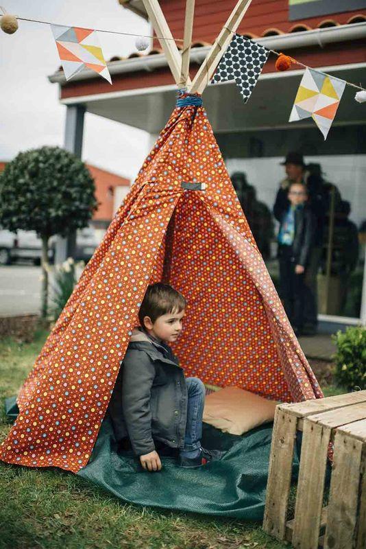 Crédit Photo Sandrine Bonnin  http://www.sandrinebonnin.fr/   Kids Garden party Pinterest Deco avenue Tipi réalisé par deco avenue avec tissus #PetitPan