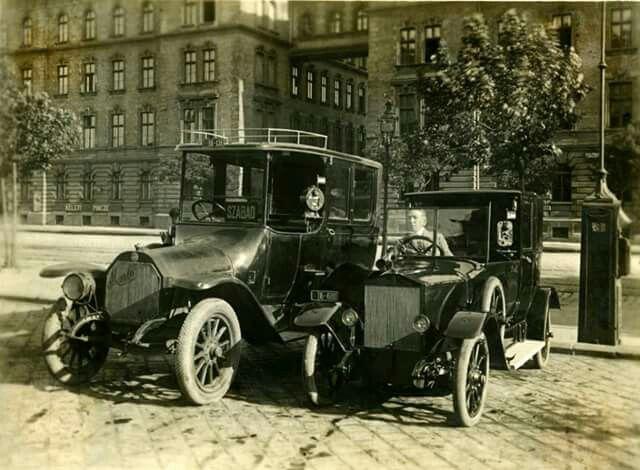 1923 Taxik a Keleti Pályaudvar előtti droszton.
