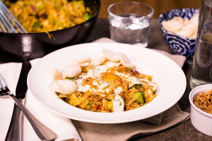 Recept voor nasi goreng voor 4 personen. Met zout, olijfolie, peper, kipfilet, Thaise roerbakgroente, spitskool, ei, gebakken uitjes, boemboe voor nasi goreng, knoflook, ui, rijst en kroepoek