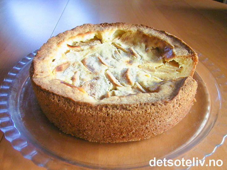 """Dette er en annerledes eplekake som kjennetegnes av et deilig, kremete rømmefyll i tillegg til eplene. Rømmefyllet er både søtt og litt syrlig på samme tid og gjør annet tilbehør til kaken unødvendig. Se også """"Blåbærkake med rømmefyll"""", som er en annen variant av den samme kaken."""