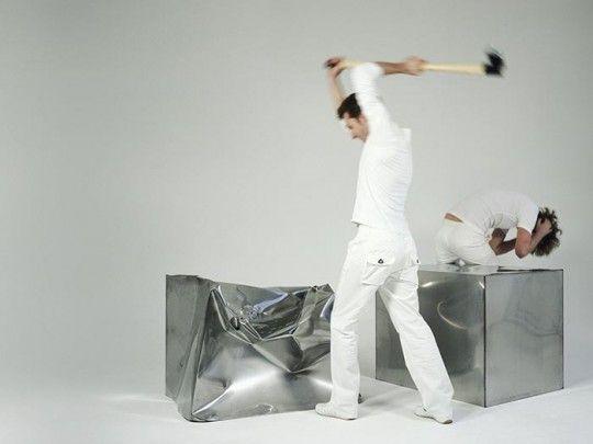 Marijn VAN DER POLL (designer), Do hit Chair, 2000, Droog Design , matériau : cube en acier inoxydable de 1,25mm, marteau inclus, taille du produit : 100 x 70 x 75 cm, Poids 131,25 kg, série limitée. http://www.droog.com/