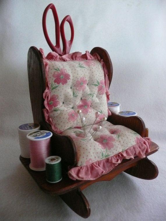 Esta maravillosa colección costura caddy mecedora es absolutamente adorable. Mide 8 de ancho y 8 de alto. Pesa 1 1/2 libras. Está en condición impresionante. Por favor Acércate a todas las fotos para cerrar los detalles.    Nota: la silla única (hilo, alfileres y tijeras para la referencia solamente)