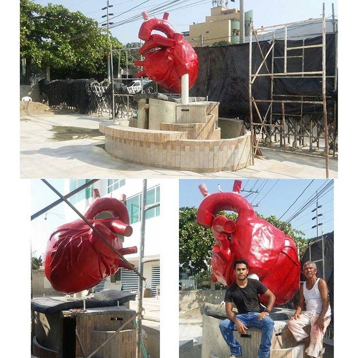 Casi terminado.. instalado en su base. Por un momento creí que caería al suelo mientras lo instalabamos pero todo salio bien... siguiente paso: aerografía  #corazonanatomico #escultura #proyecto #arte #colombia #venezuela #cartagena #heart #art #humanheart #anatomicheart #sculpture #diseñoindustrial #corazonhumano #industrialdesign #corazon #rojo #red