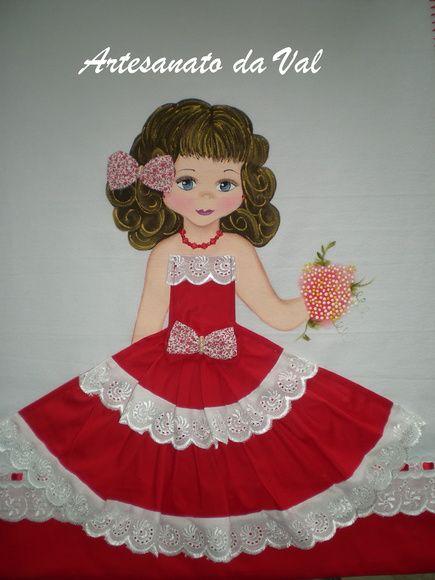 Pano de prato pintado com menina e aplicação de vestido em tecido. R$ 28,00