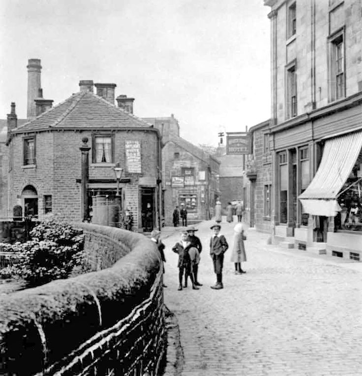 0070 Another look along Towngate in Holmfirth. The shops on the left have been demolished. The White Horse pub closed and became Brambles in the last few years.