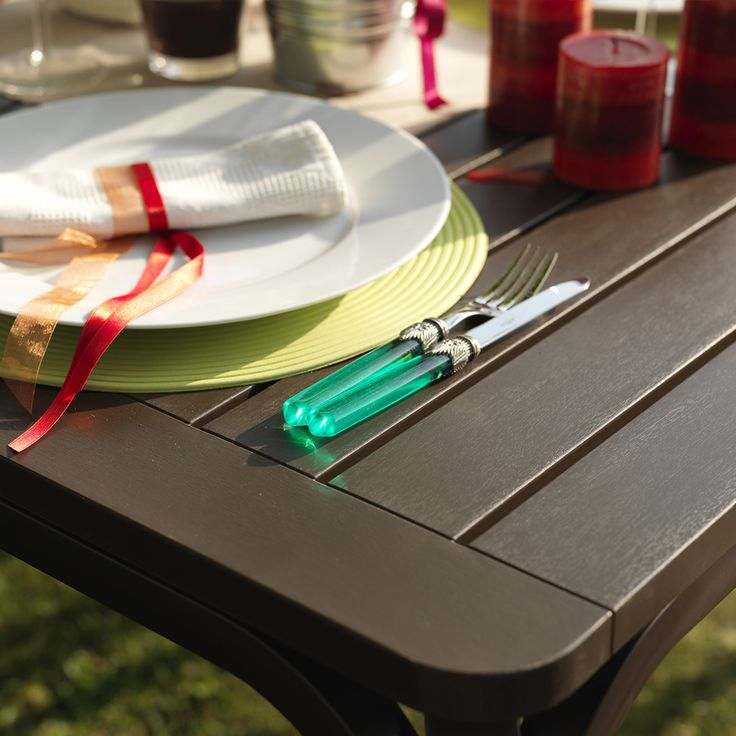 Set Alloro e Net. I materiali con cui sono realizzati le poltroncine e il tavolo sono materiali di prima qualità adatti all'uso esterno e quindi resistenti ad agenti atmosferici.
