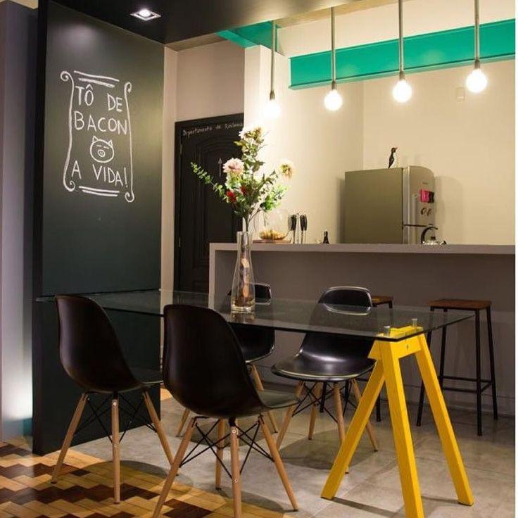 """Procurando uma proposta """"low cost"""" para a sua sala de jantar? Achouuuuu!!!! Olha só que ideia legal: de um lado um cavalete pintado de amarelo e do outro lado o vidro engasta no painel tipo lousa."""