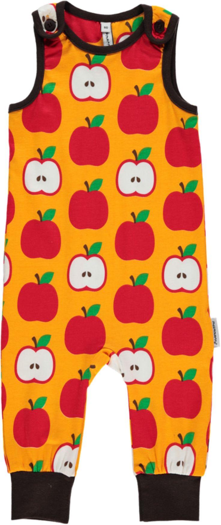 En herlig ermeløs jumpsuit fra svenske maxomorra. Jumpsuiten Apple har et fargerikt eple-mønster med kontrastfargede ribbekanter. Sparkedressen har trykknapper på skuldrene for enkel av- og påkledning. En myk sparkedress som er lett og ledig å bevege seg i for de minste.<br><br>Klærne fra maxomorra er kjente for sine spreke farger og morsomme mønstre. Materialene er GOTS-sertifiserte og økologiske, slik at du kan være trygg på at både barna og naturen blir godt ivaretatt!<br><br>Materiale…