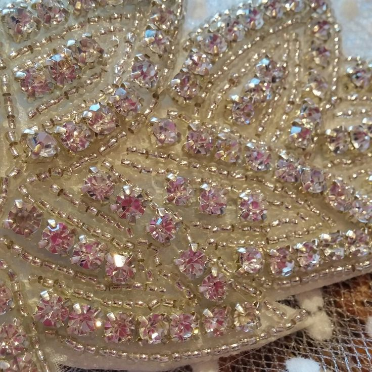 Aplicaciones de strass....  Estos cristalitos que te hacen brillar como la novia e invitada perfecta.