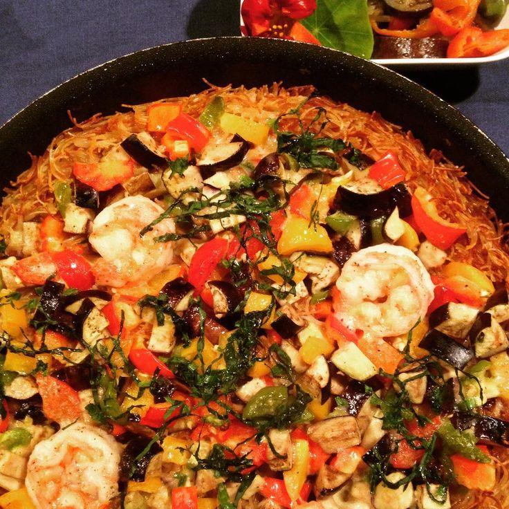 「 いつかの夕飯。 パスタのパエリア、フィデウア。 具は海老パプリカ茄子ピーマンにほうれん草。 おコゲが美味い! #fideua#paella#food#instafood #フィデウア#パエリア#料理男子 #料理中年男子 」