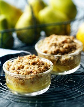 En frisk pære er et herligt mellemmåltid. Men prøv også at bruge frugten i din madlavning. Den smager skønt i både det salte og det søde køkken. Her får du en nem opskrift på en himmelsk crumble med pære