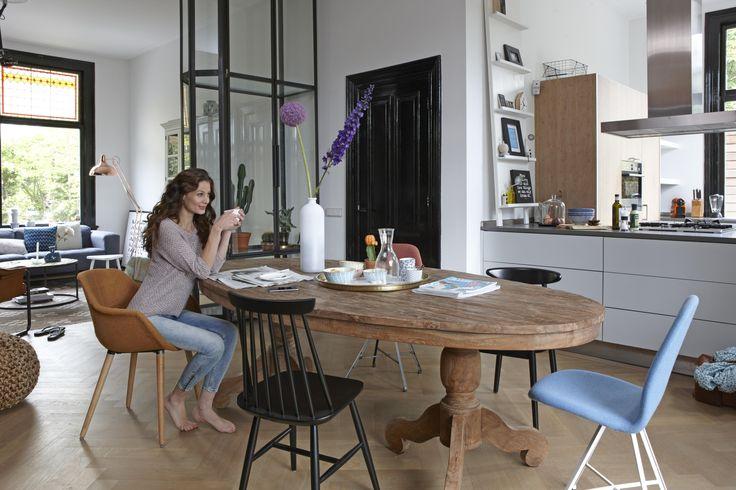 Verzamel verschillende stoelen om het middelpunt van je keuken of woonkamer; de eettafel.
