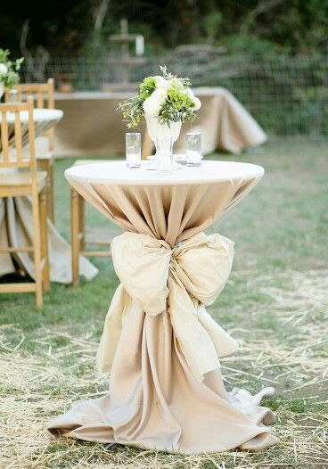 Table decor with big bows l very elegant for a chic rustic outdoor wedding decor