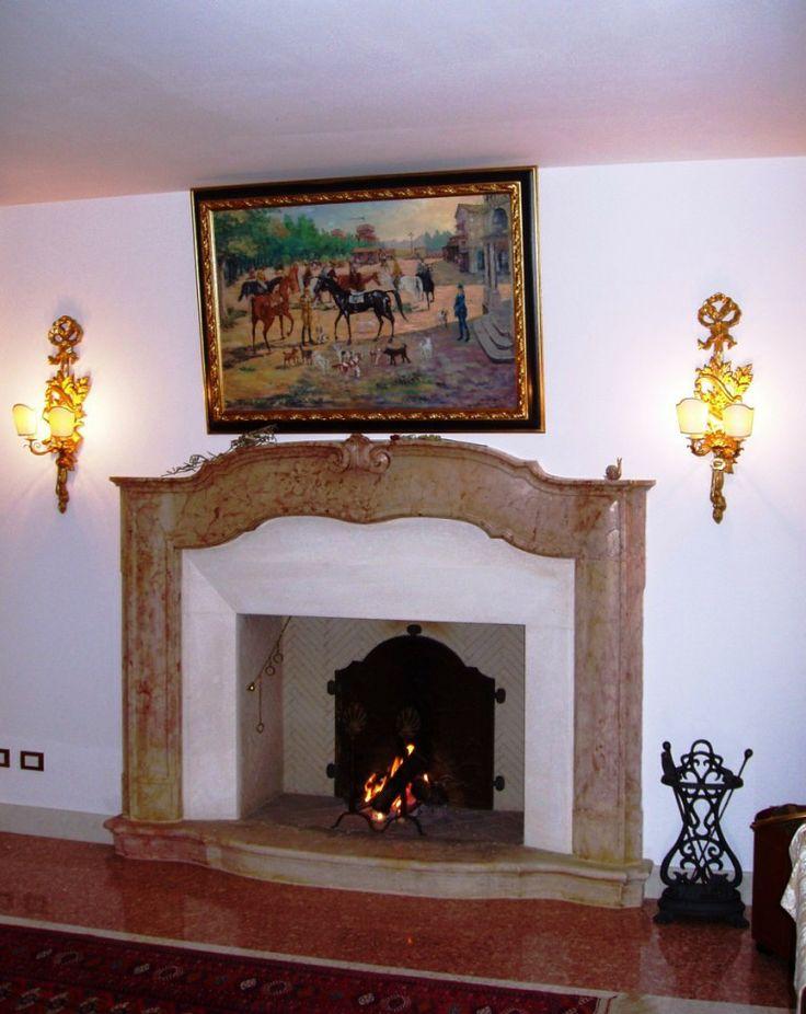 Saxum s.r.l. Camino tradizionale realizzato con cornice antica in marmo.