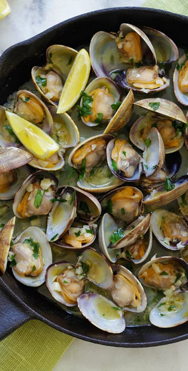 Sauteed Clams – Skillet clams with loads of garlic butter, white wine and parsley. The easiest sauteed clams recipe ever, 15 mins to make | rasamalaysia.com #Clams #Garlic #Easy